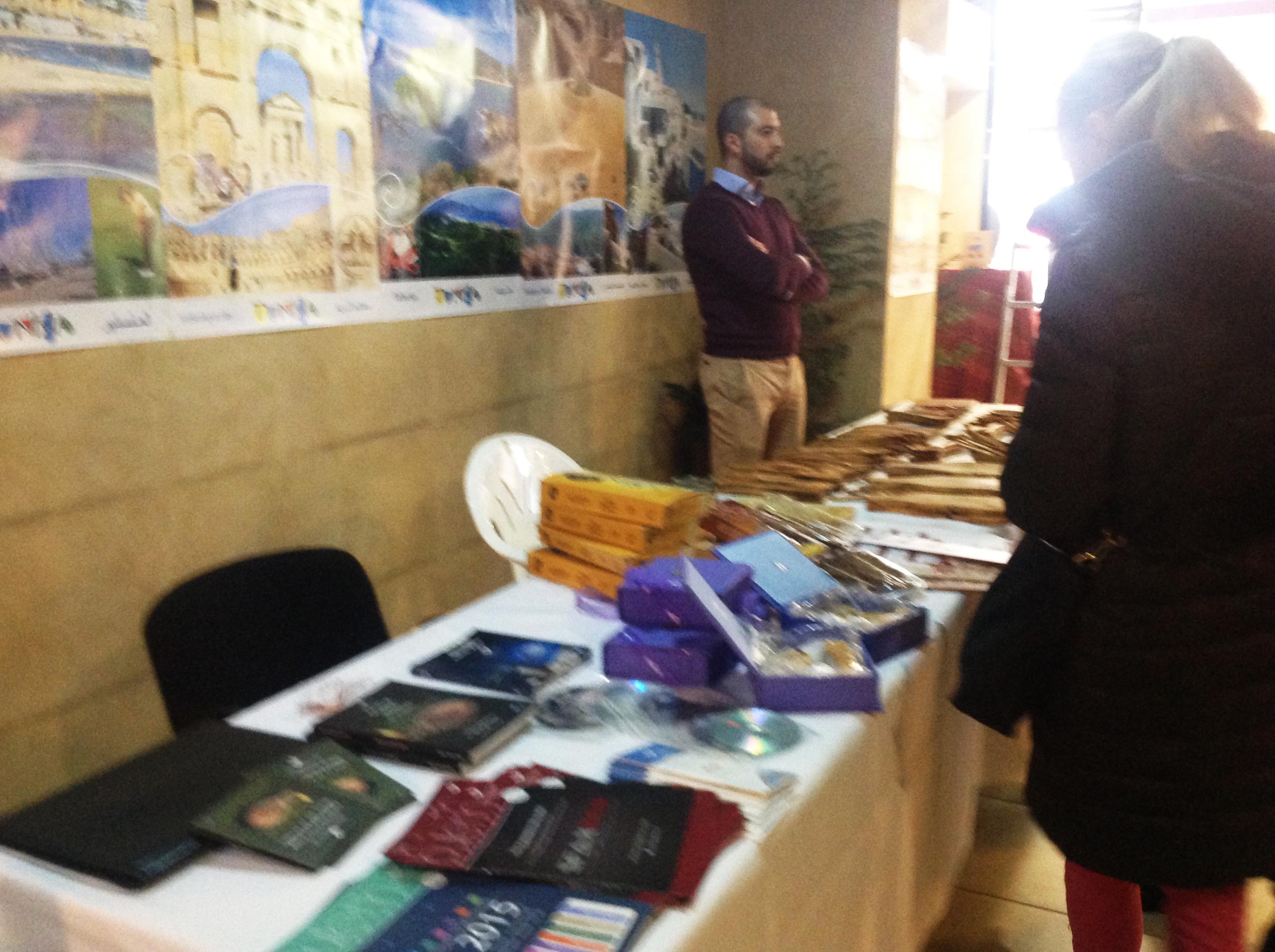 Diffusion du guide de l'huile d'olive en tunisie a l'occasion des journées tunisiennes et l'exposition des produits Tunisiens à Bucarest Roumanie du 17 au 21 mars 2016